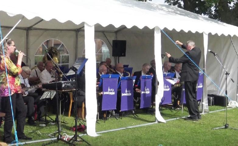 Og når orkestrets egen sangerinde, Tine Biering, griber mikrofonen swinger det rigtigt.